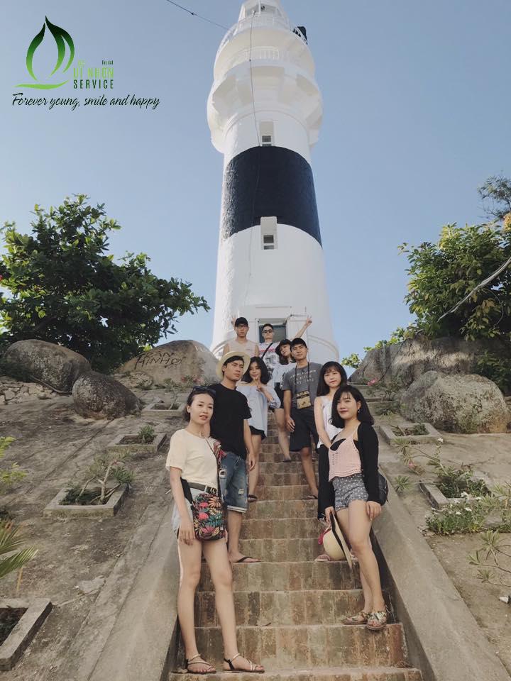 Du khách của QNSTourist chụp ảnh ở Hải Đăng Cù Lao Xanh