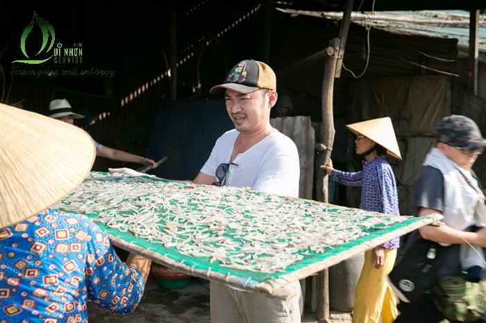 Tiến Luật khám phá làng chài Nhơn Hải