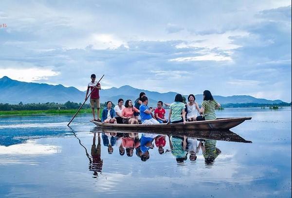 Chèo thuyền trên đầm Ô Loan