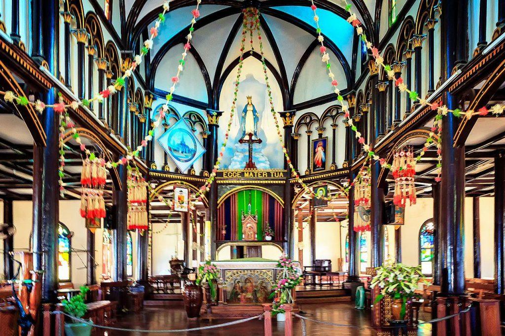 Khung cảnh bên trong nhà thờ