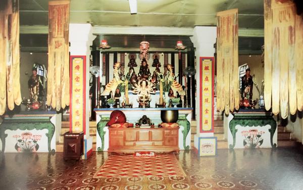 Bên trong chánh điện chùa Bác Ái